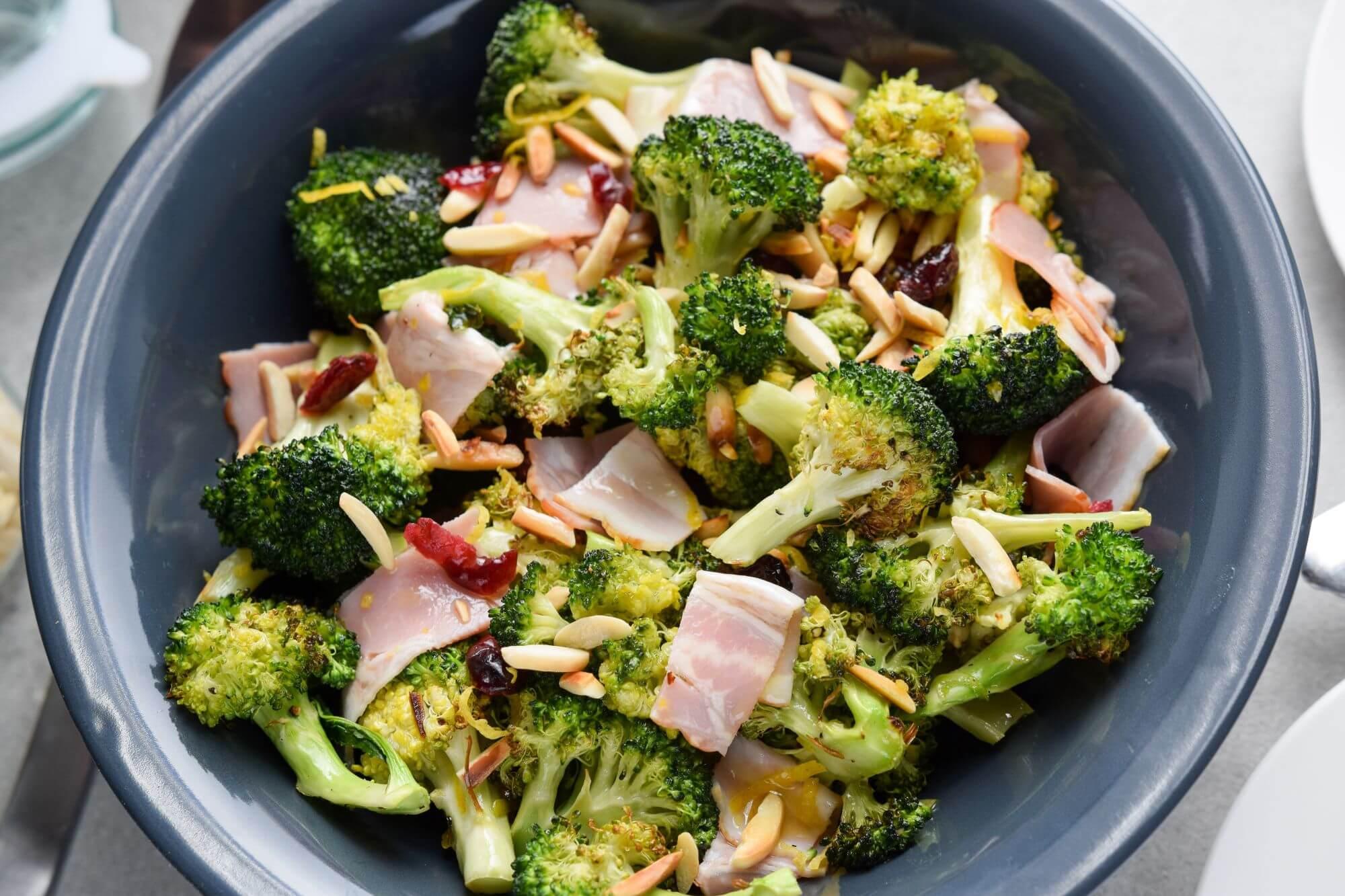 Zdrowa-kolacja-salatka-z-brokulem-i-boczkiem-gotowy-przepis