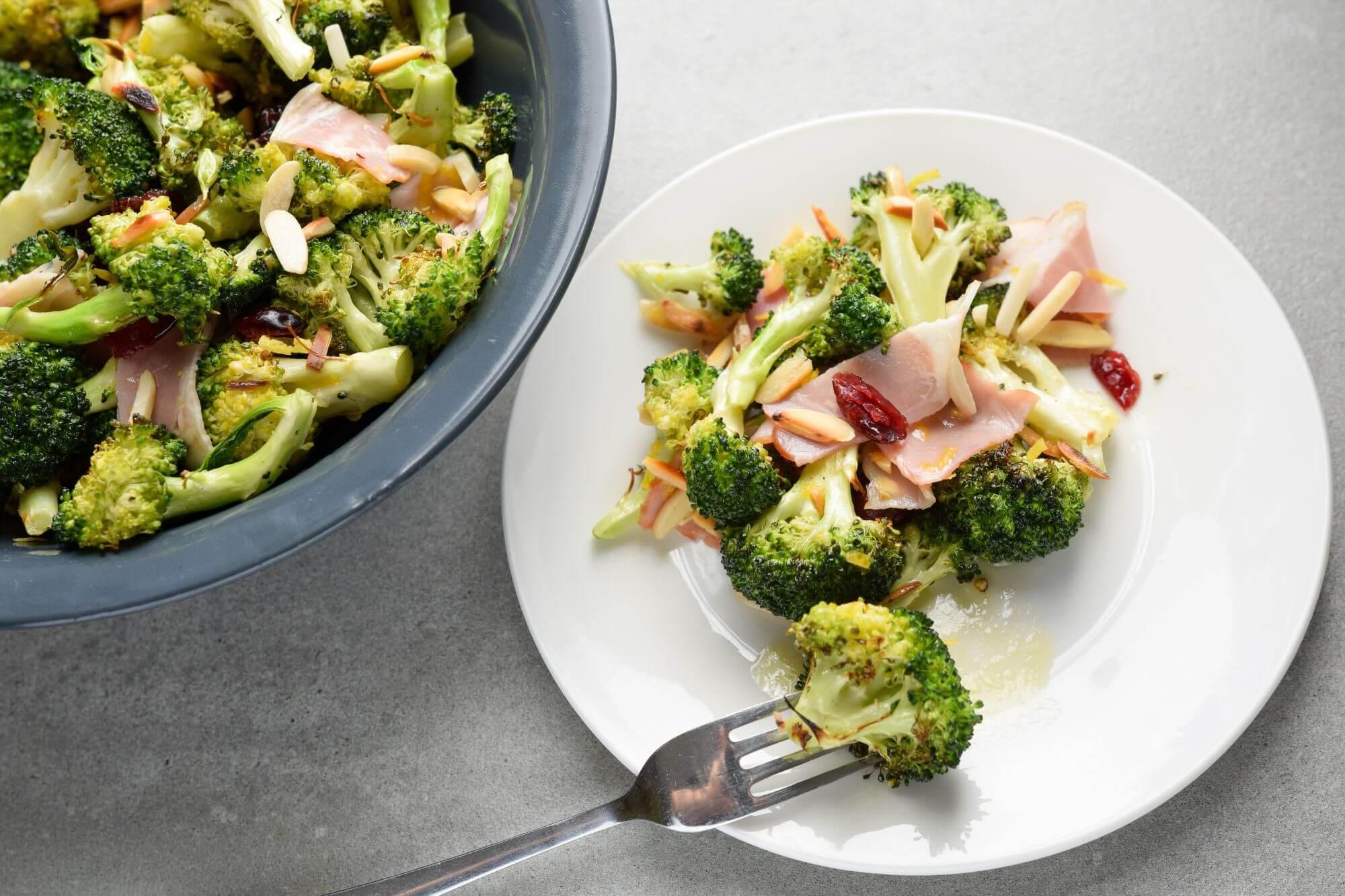 Zdrowa-kolacja-salatka-z-brokulem-i-boczkiem-parzonym