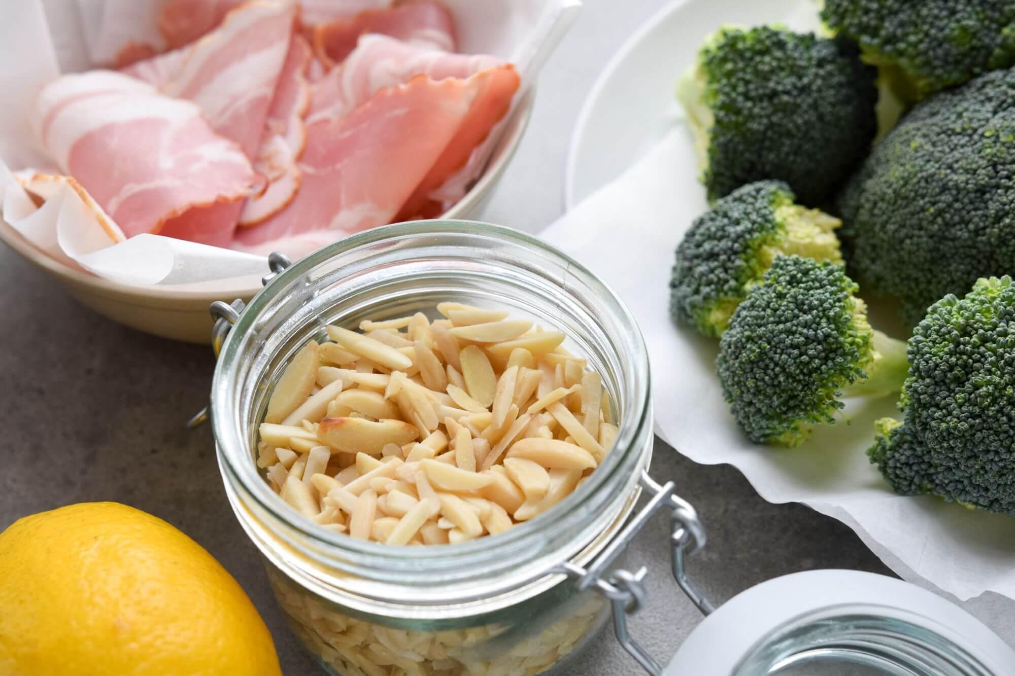 Zdrowa-kolacja-salatka-z-brokulem-i-boczkiem-skladniki-2