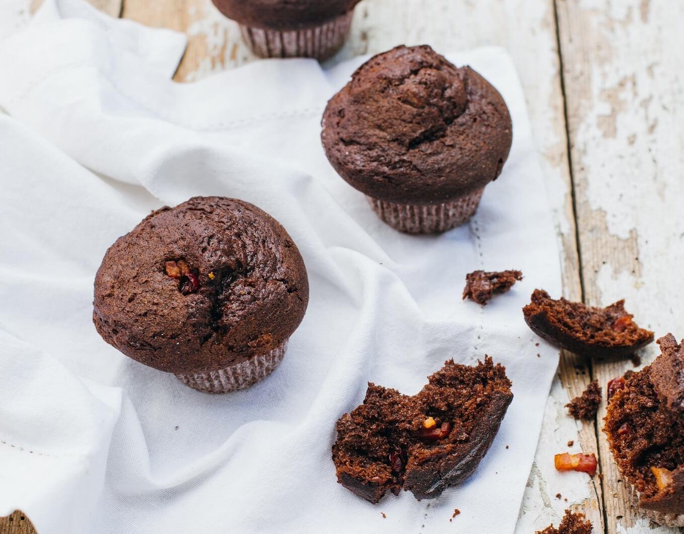 czekoladowe mufiny z zurawina i wedzonym boczkiem