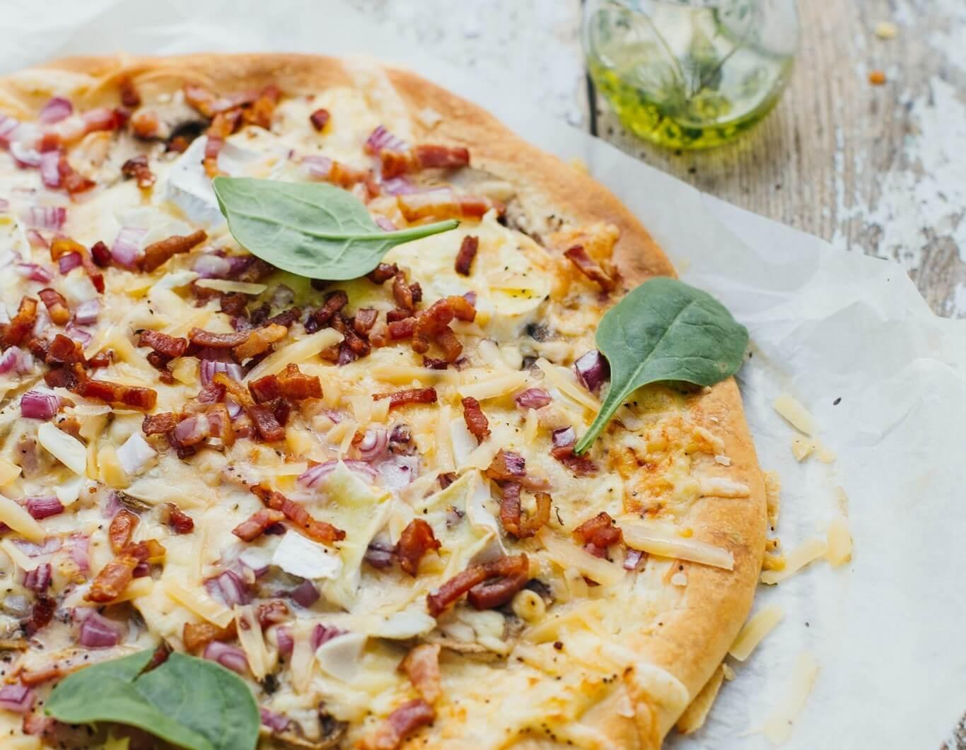 przepis na kolacje domowa pizza z bekonem pieczarkami i