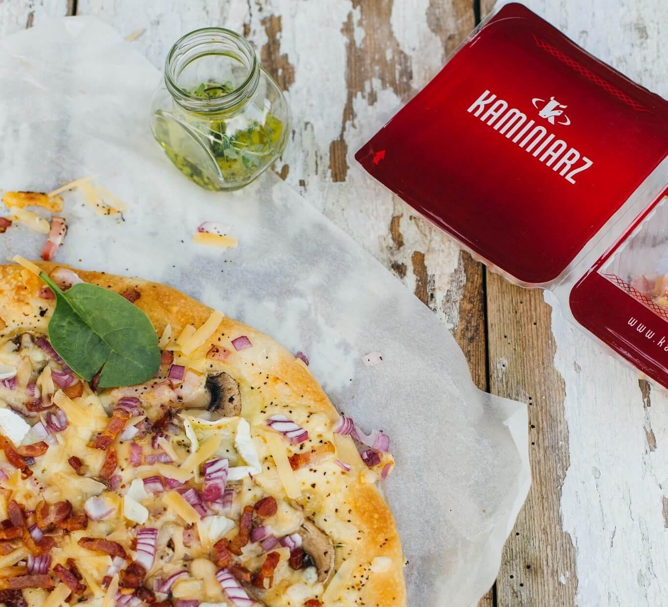 przepis na kolacje domowa pizza z bekonem pieczarkami i salami3