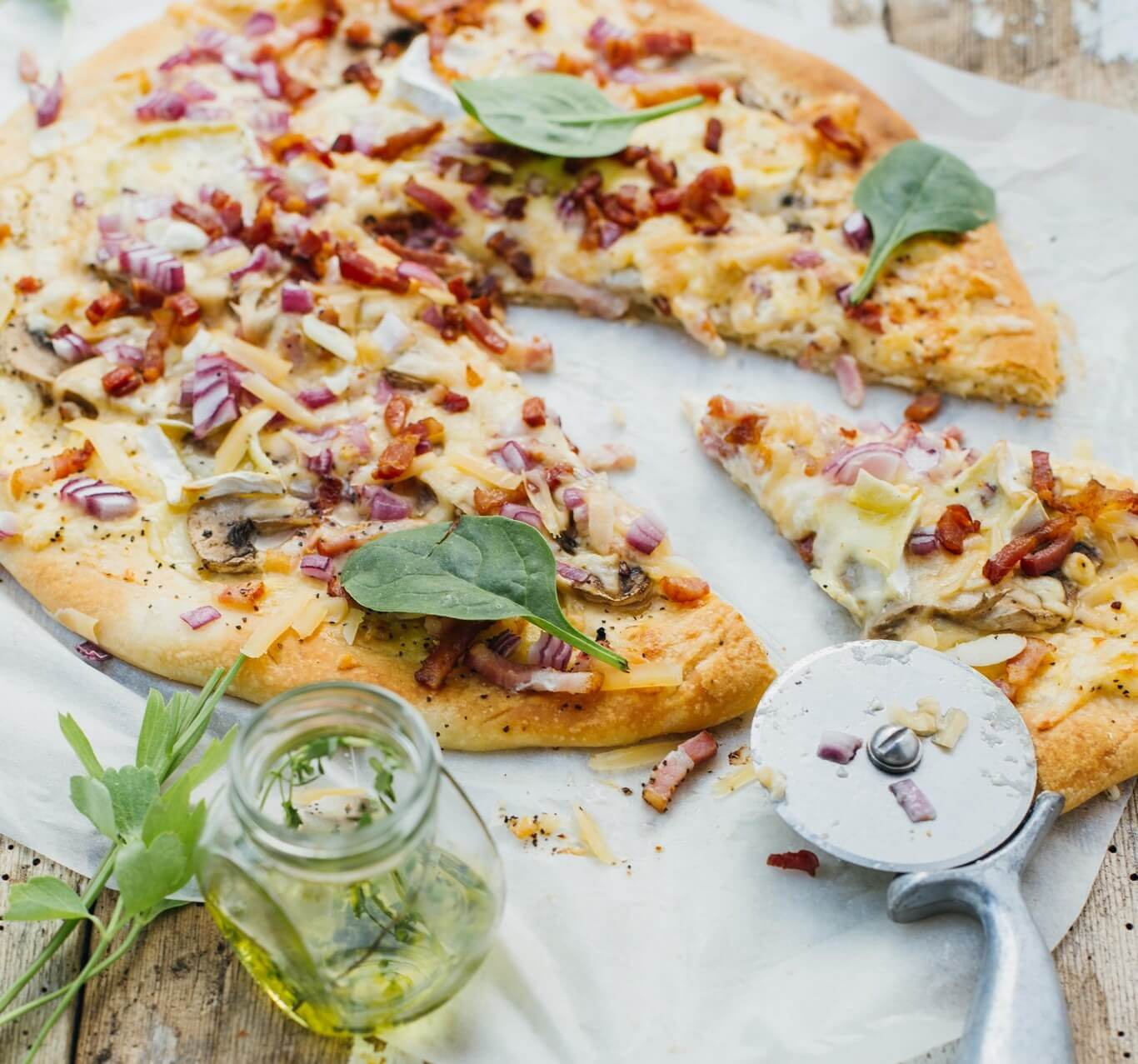 przepis na kolacje domowa pizza z bekonem pieczarkami i salami5