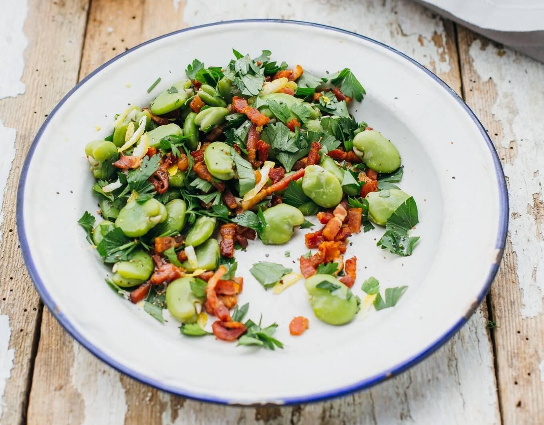przepis na kolacje salatka z bobem i boczkiem w aromatycznym sosie