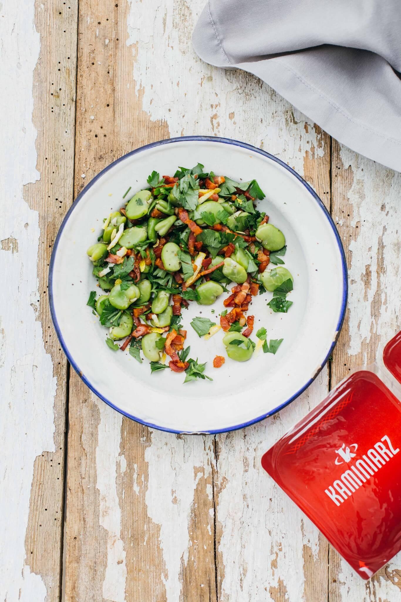 salatka z bobem i boczkiem w aromatycznym sosie