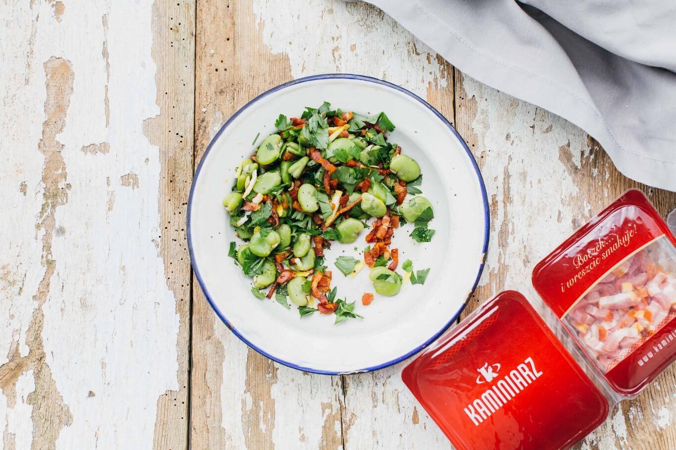 salatka z bobem i boczkiem w aromatycznym sosie,