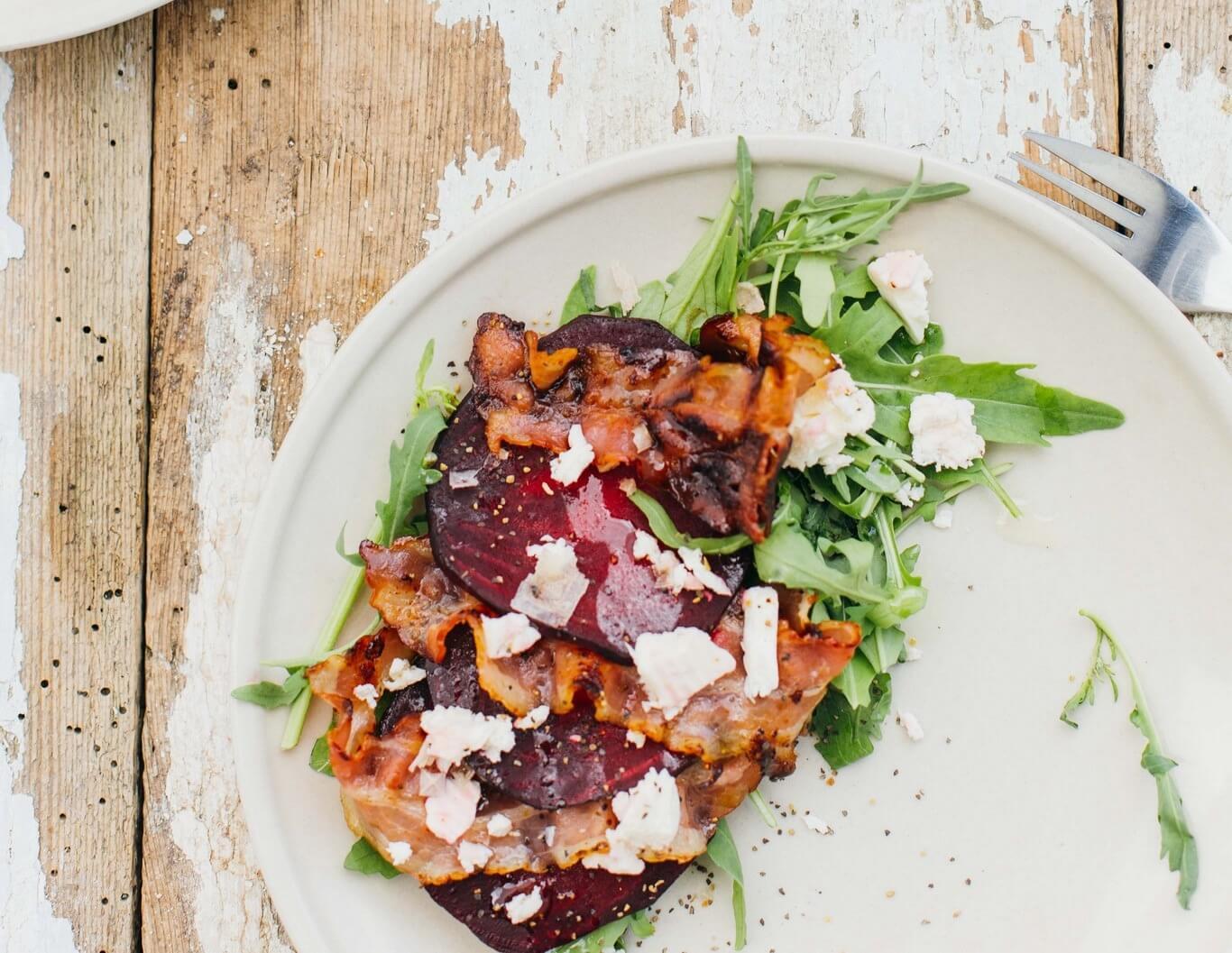 przepis na kolacje salatka z pieczonym burakiem i wedzonym boczkiem