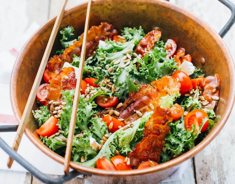 przepis na kolacje salatka z wedzonym boczkiem i prazonym slonecznikiem