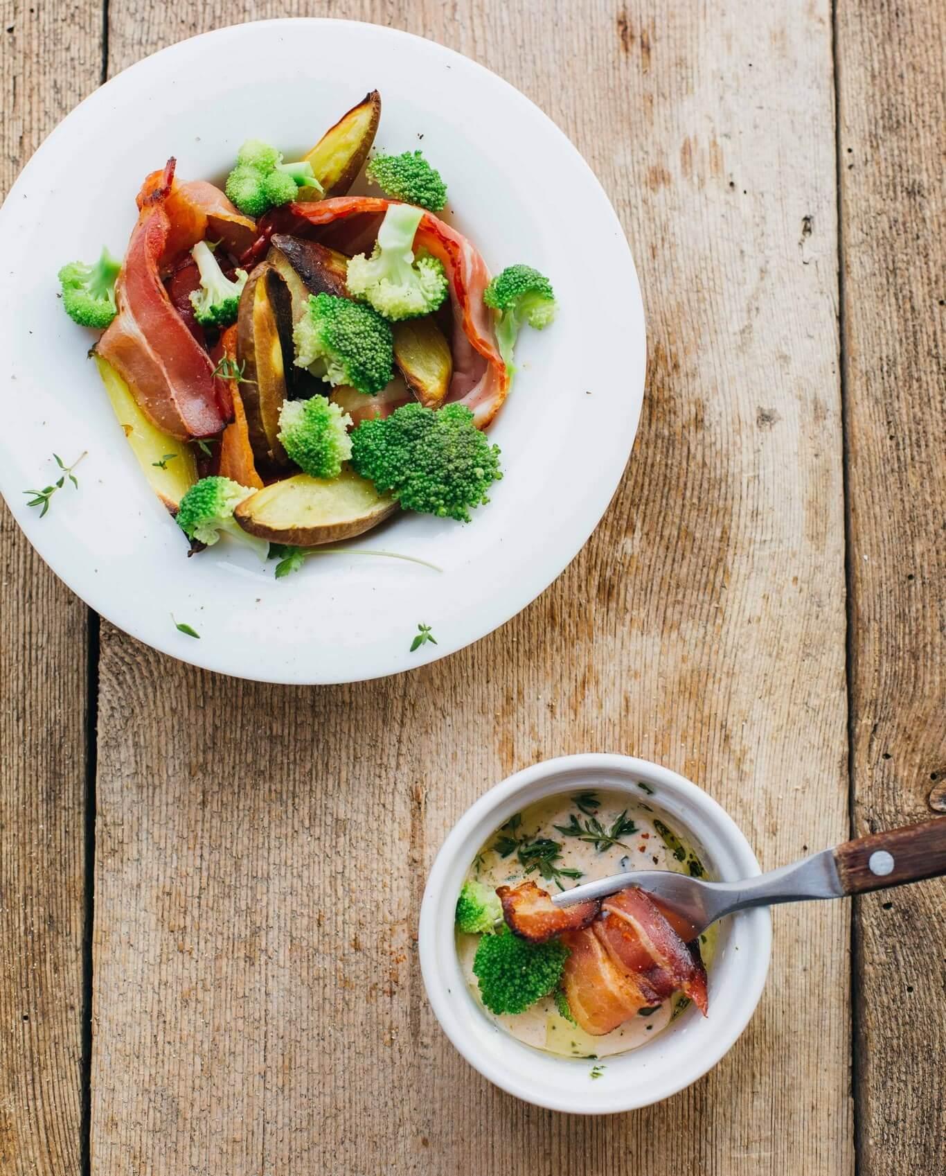 przepis-na-kolacje-salatka-ziemniaczana-z-boczkiem-i-natka-pietruszki2