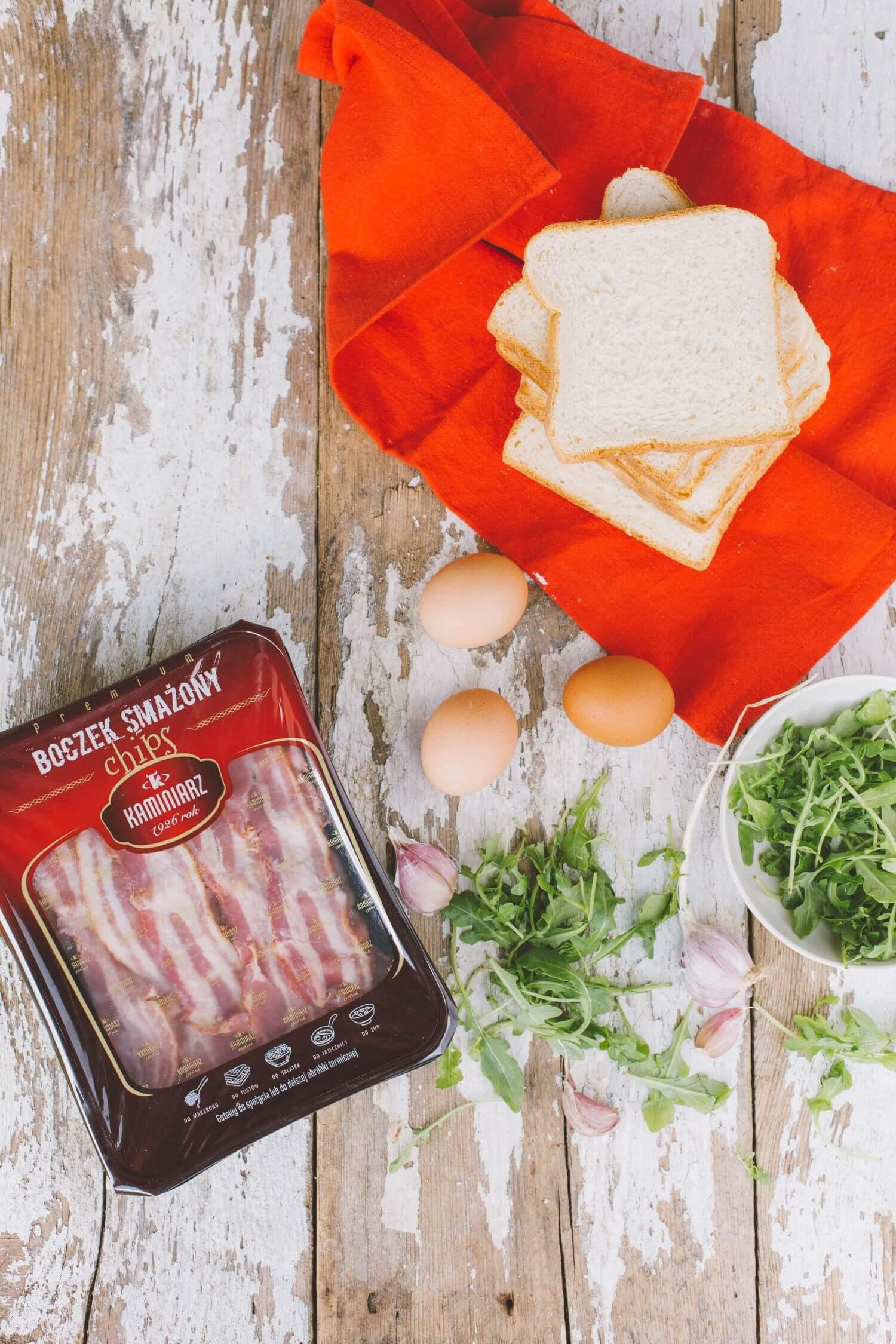 tosty-z-jajkiem-sadzonym-i-boczkiem-w-pesto-z-rukoli