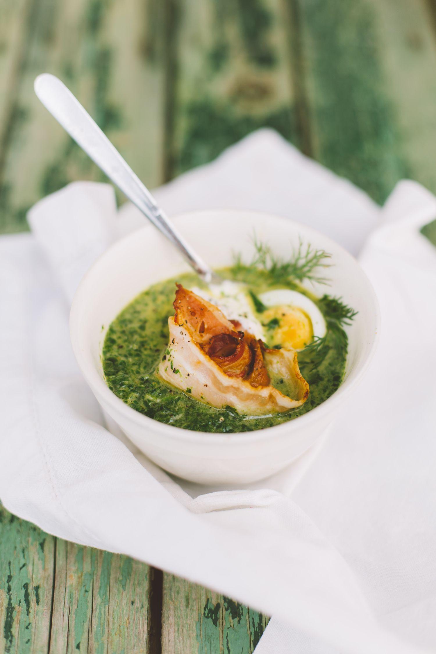 Zupa szczawiowa z jajkiem i kawałkami boczku