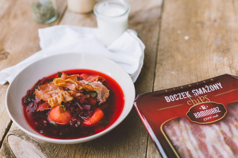 Zupa z botwinki z chrupiacym boczkiem smazonym CHIPS KAMINIARZ i mlodymi ziemniakami