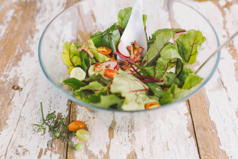 salatka z botwinki z boczkiem i swiezym ogorkiem