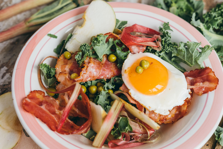 Sałatka z jajkiem sadzonym, boczkiem i rabarbarem