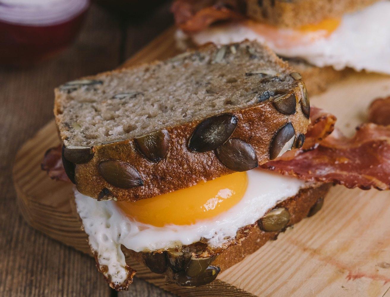 śniadanie białkowo tłuszczowe jajka i boczek wędzony KAMINIARZ