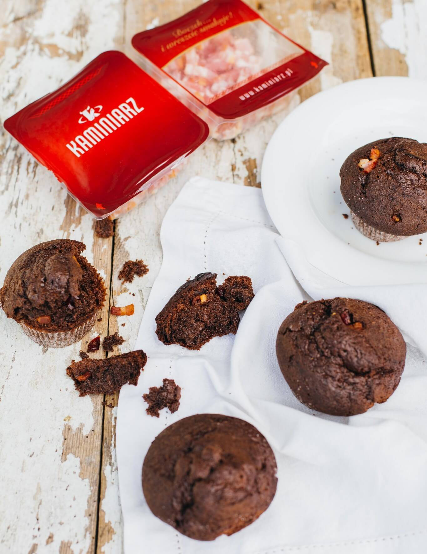 czekoladowe-mufiny-z-zurawina-i-wedzonym-boczkiem3