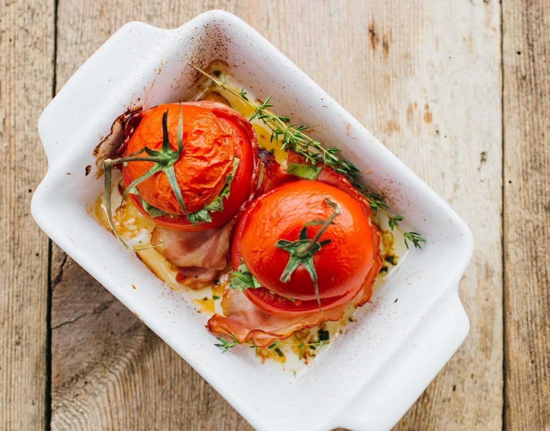 faszerowane pomidory z boczkiem i kasza kuskus