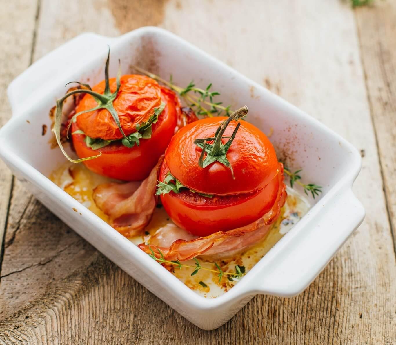 Faszerowane pomidory z boczkiem i kaszą kuskus