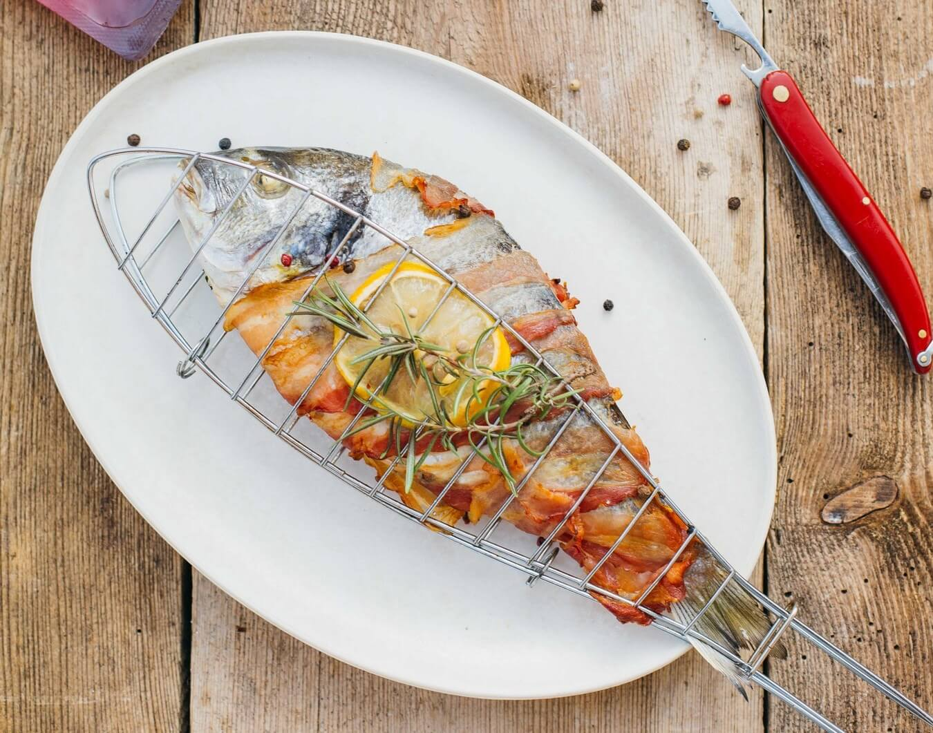 grilowana ryba w ziolowej marynacie z boczkiem
