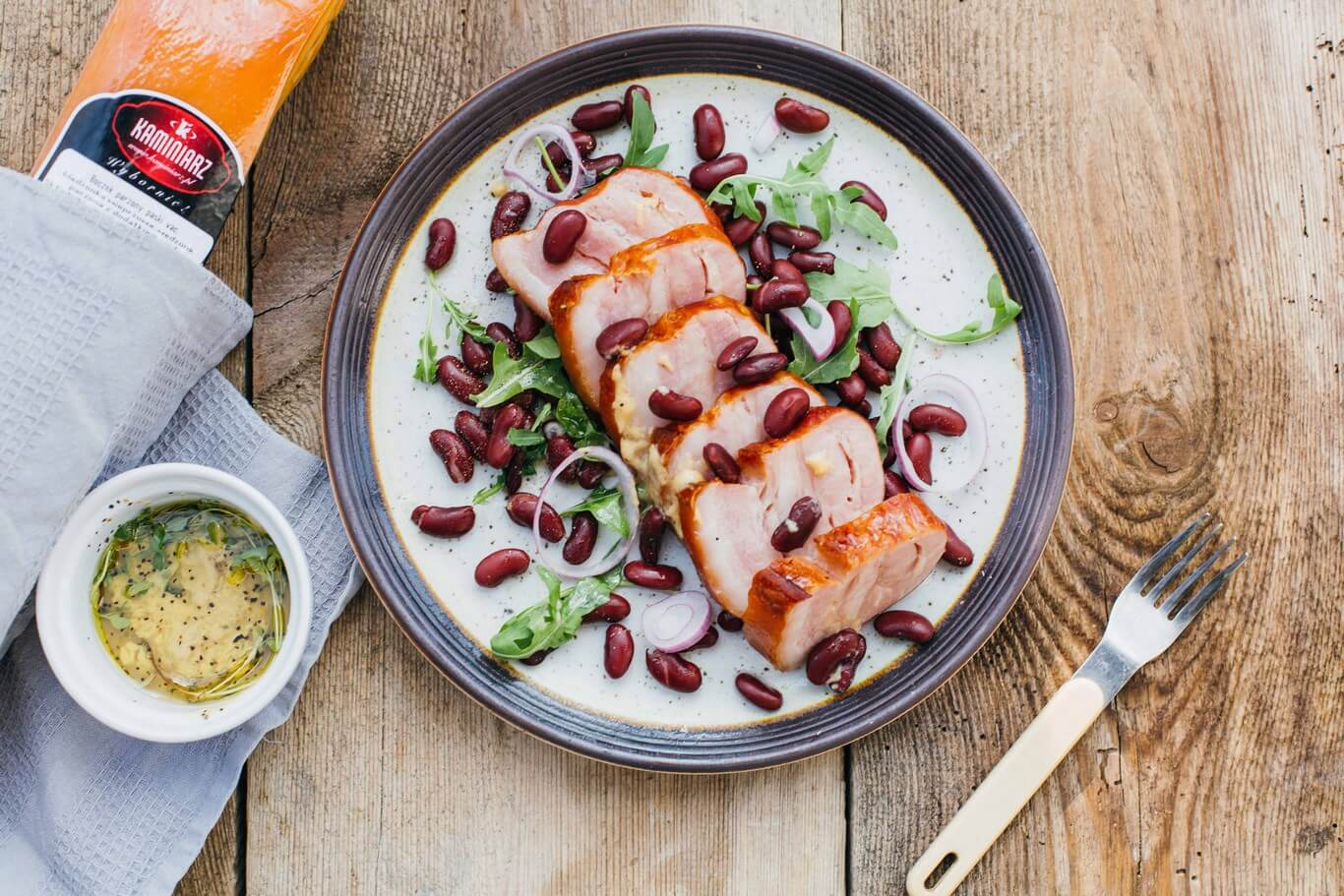 salatka z boczkiem czerwona fasola w sosie czosnkowym