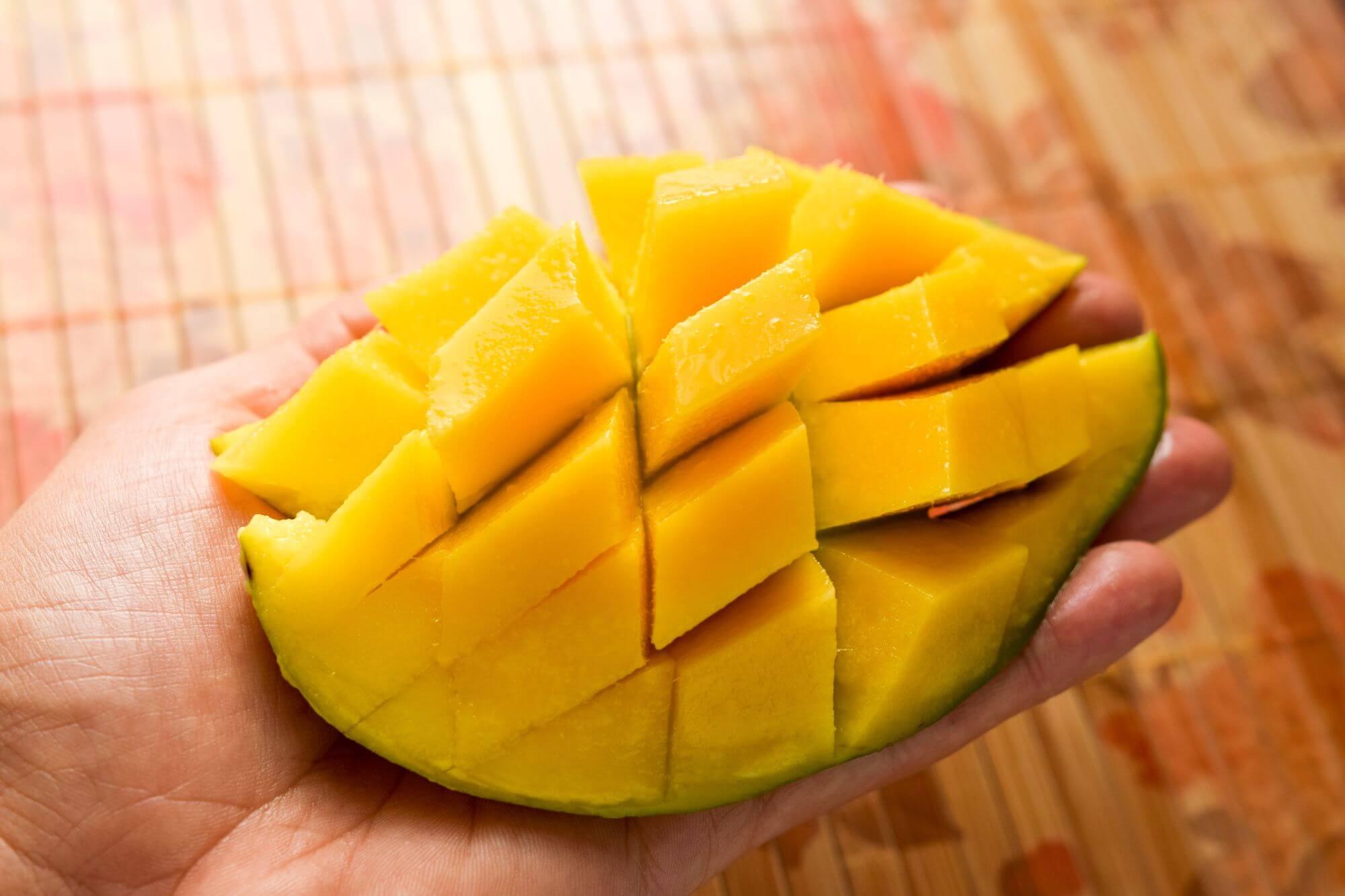 Sałatka z boczkiem dojrzewającym i rukolą - mango
